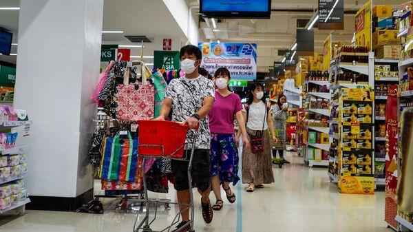 Покупатели в защитных масках в супермаркете Таиланда