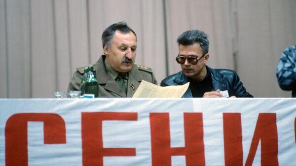 Писатель Эдуард Лимонов и председатель думы Всероссийского вече, генерал Альберт Макашов на конгрессе Фронта национального спасения