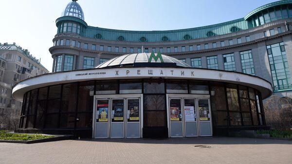 Закрытые двери в вестибюле станции Крещатик киевского метрополитена
