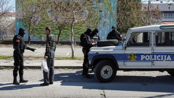 Полицейские проверяют мужчину в Подгорице в связи с мерами по борьбе с распространением коронавируса
