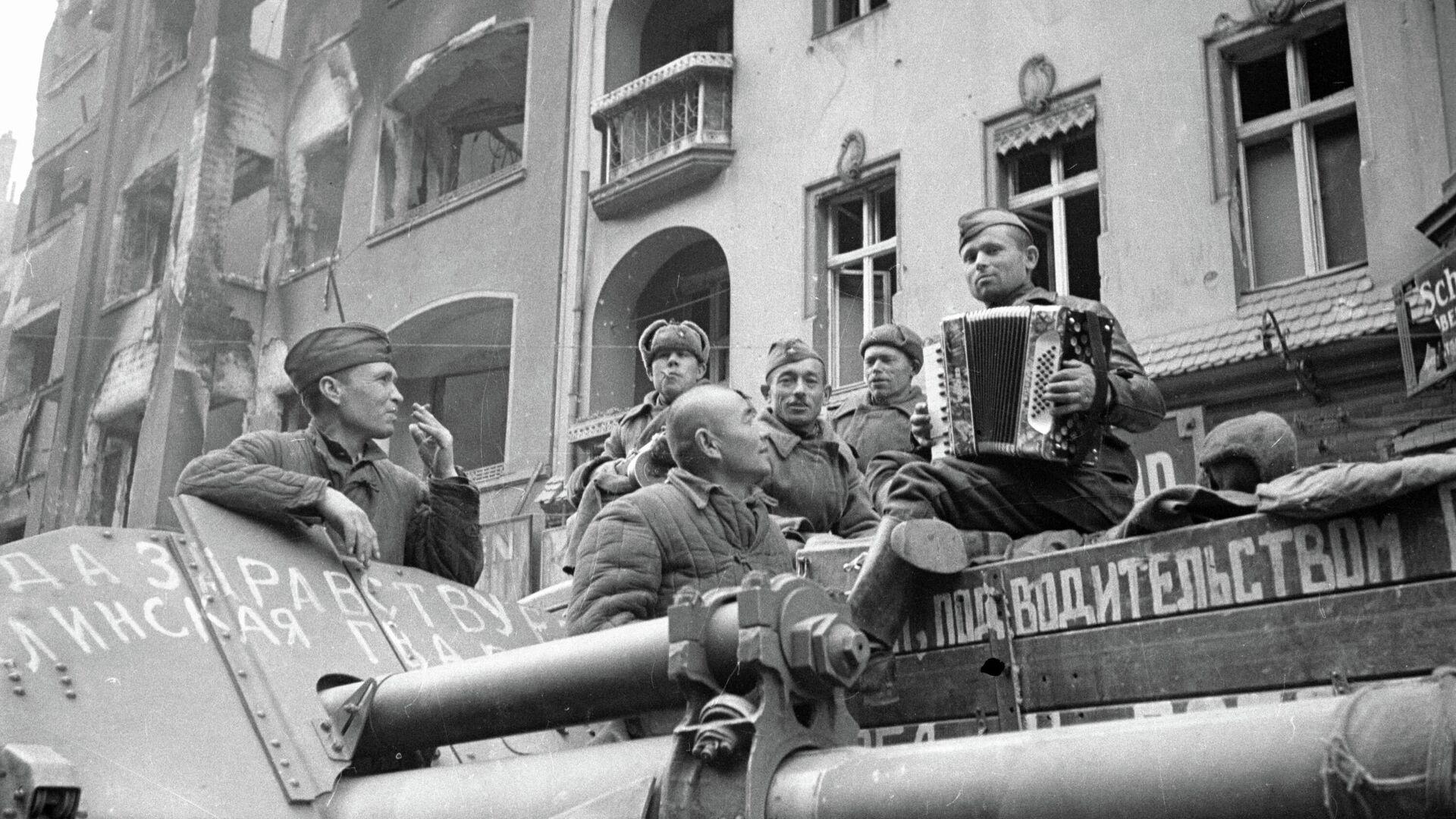 Советские солдаты в Берлине. 1945 год - РИА Новости, 1920, 30.04.2021