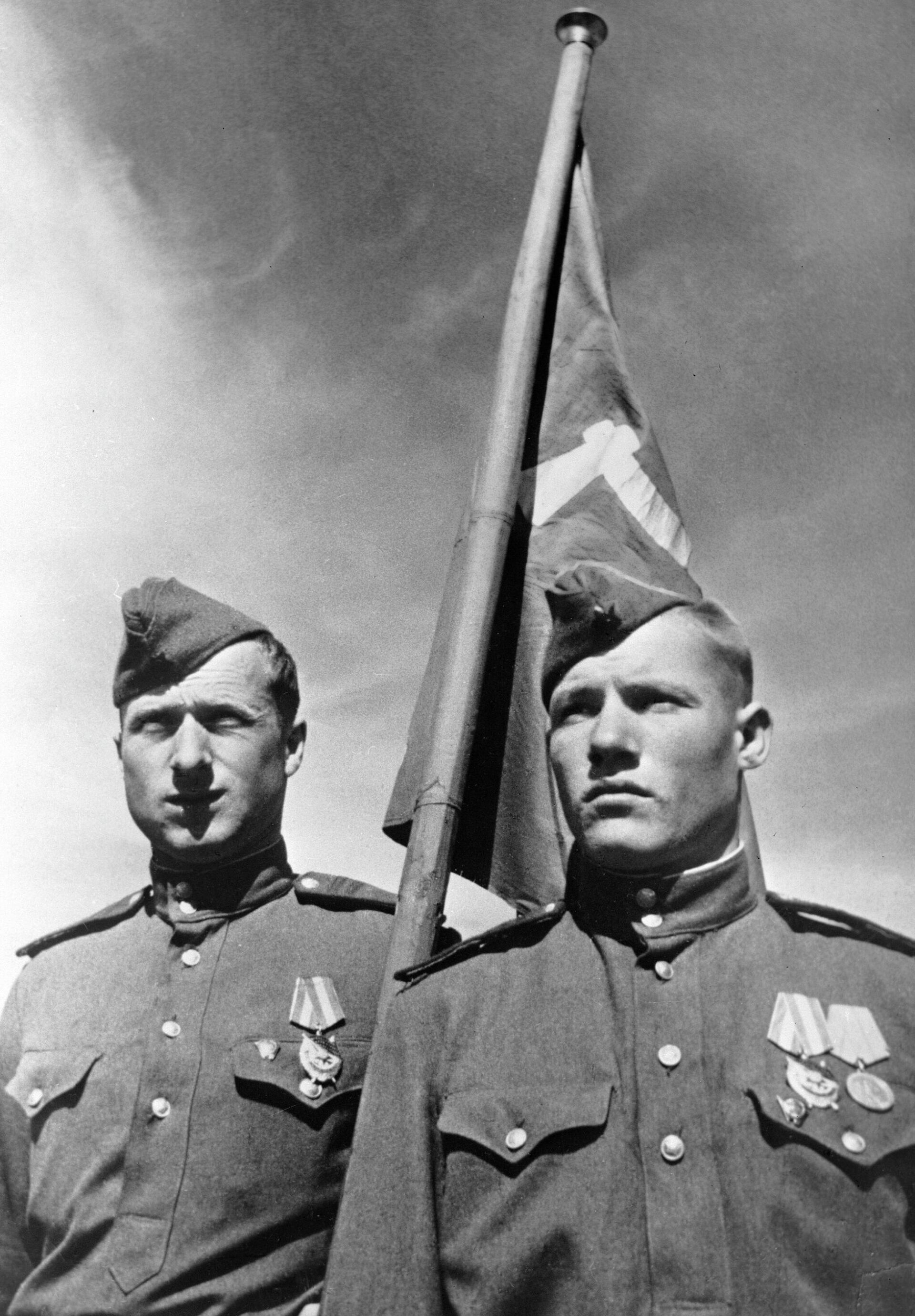 Советские солдаты Михаил Егоров (справа) и Мелитон Кантария , водрузившие Знамя победы над берлинским Рейхстагом в мае 1945 года - РИА Новости, 1920, 09.05.2021