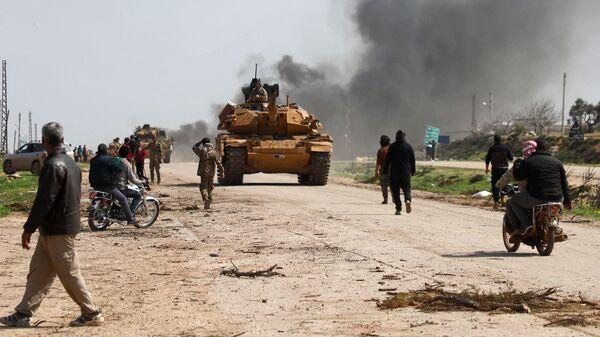 Боевой танк турецких военных на трассе М4 неподалеку от города Идлиб, Сирия