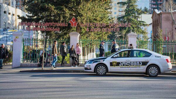Сотрудники полиции дежурят возле здания Тбилисской инфекционной больницы