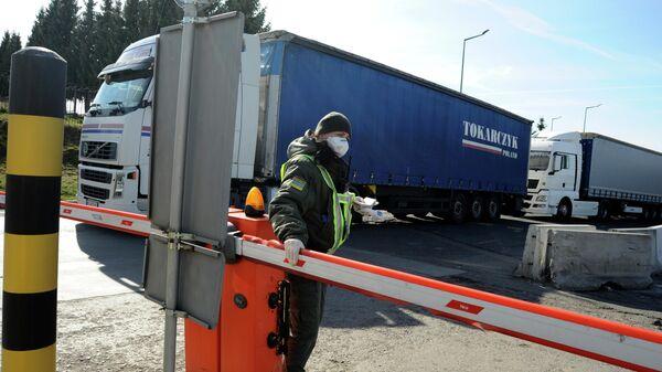 Украинский пограничник на украинско-польской государственной границе в Краковце, Западная Украина