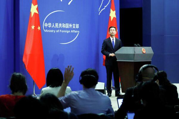 Представитель МИД КНР Гэн Шуан во время брифинга в Пекине