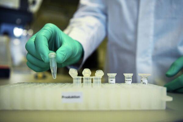 Сотрудник немецкой биотехнологической компании CureVac во время разработки вакцины от коронавируса в лаборатории в Тюбингене, Германия
