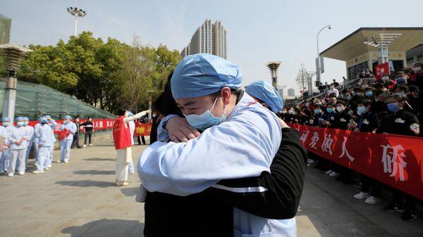 Медицинский работник из города Ухань прощается с коллегой из Цзянсу