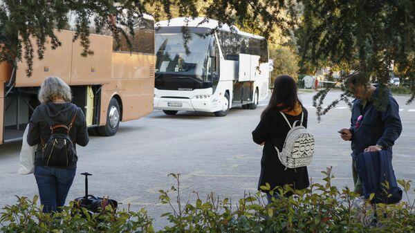 Российские туристы ожидают автобусов на территории аэропорта Тиват в Черногории