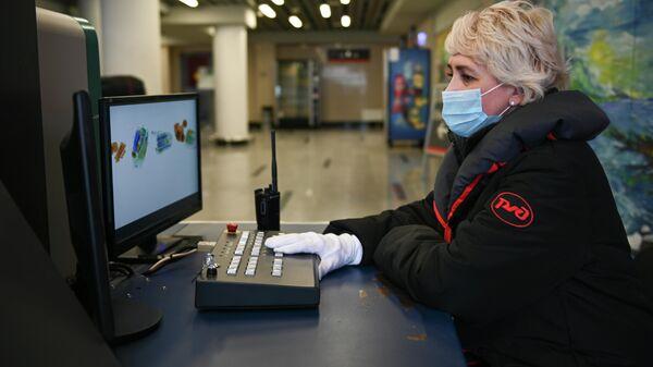 Сотрудница ОАО Российские железные дороги досматривает багаж пассажиров