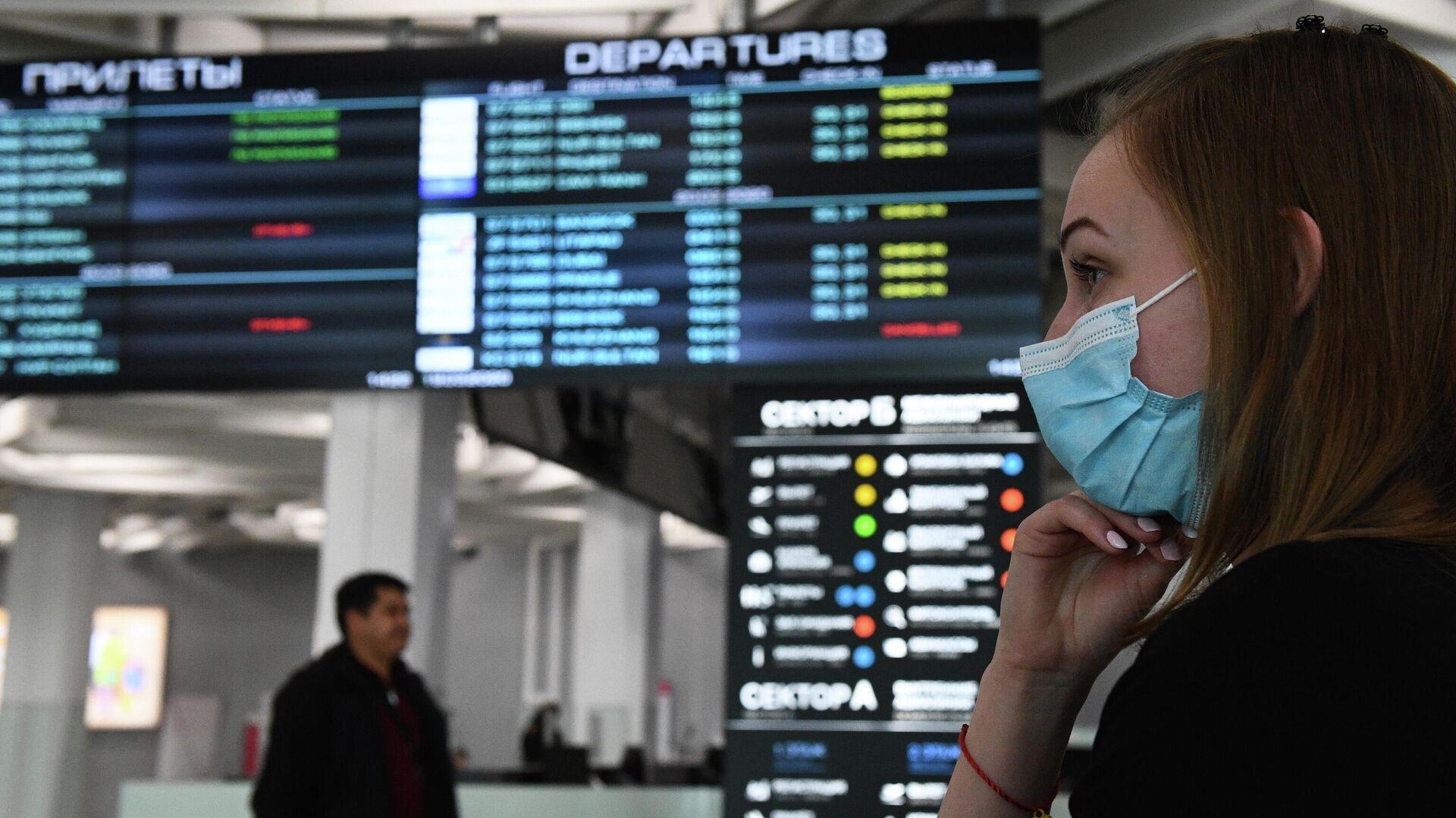 Девушка в медицинской маске в аэропорту Толмачево в Новосибирске - РИА Новости, 1920, 18.02.2021
