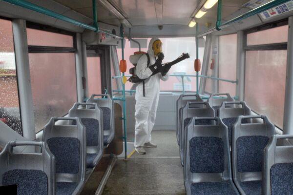 Сотрудник санитарных служб во время обработки общественного транспорта в Санкт-Петербурге. Дезинфекция направлена на профилактику распространения коронавируса