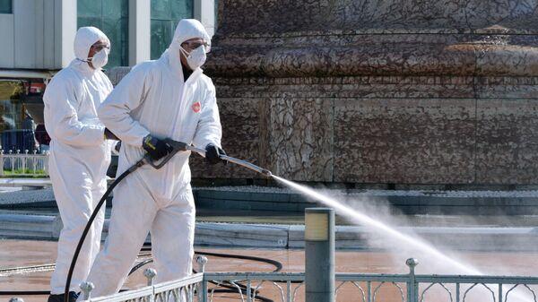 Сотрудники санитарных служб проводят обработку улиц в Стамбуле