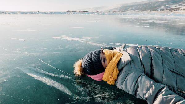 Девушка на льду Байкала
