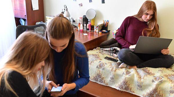 Девушки проводят время в интернете
