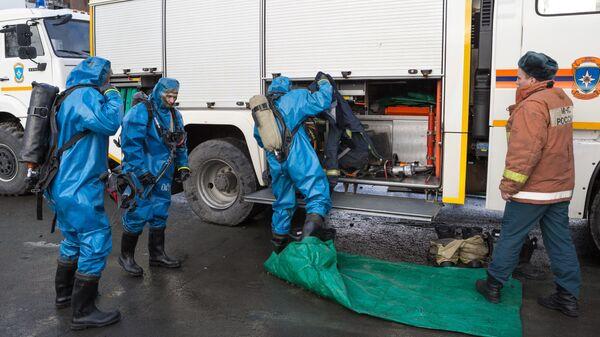 Сотрудники МЧС во время учений по отработке ситуации с выявлением коронавируса