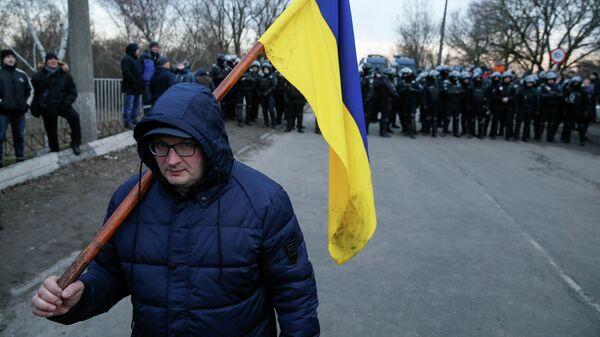 Акция протеста в селе Новые Санжары Полтавской области против прибытия самолета с эвакуированными людьми из Китая