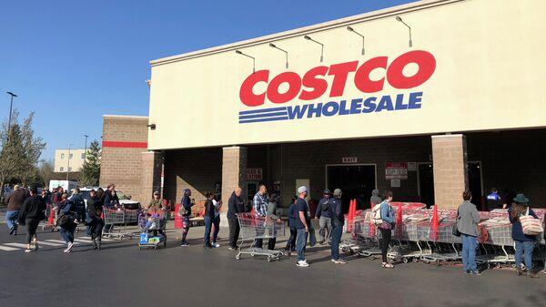 Покупатели в очереди чтобы войти в магазин Costco, штат Вашингтон