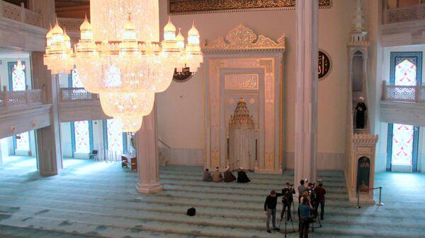 Соборная мечеть Москвы во время пятничной молитвы 20 марта 2020 г.