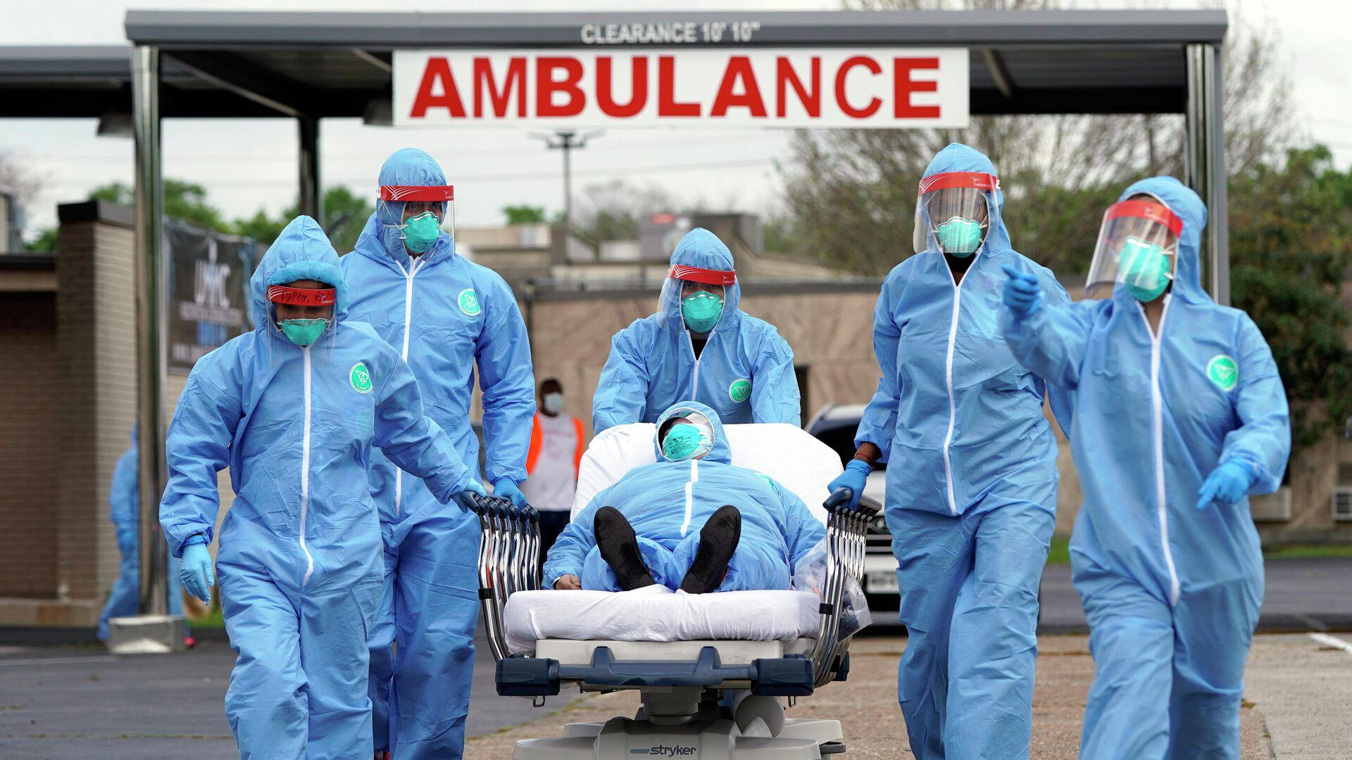 Пациента на носилках доставляют в Объединенный мемориальный медицинский центр в Хьюстоне - РИА Новости, 1920, 05.12.2020