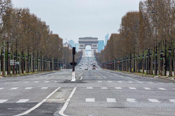 Вид на безлюдные Елисейские поля с площади Согласия в Париже