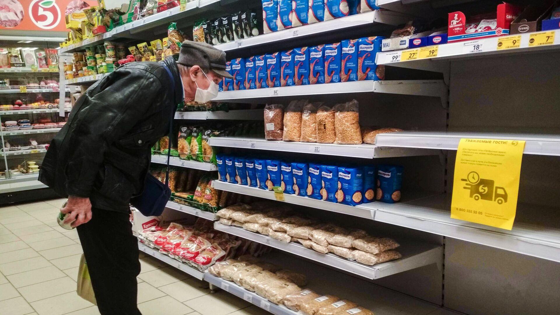 Мужчина выбирает товары в магазине Пятерочка в Москве - РИА Новости, 1920, 27.11.2020