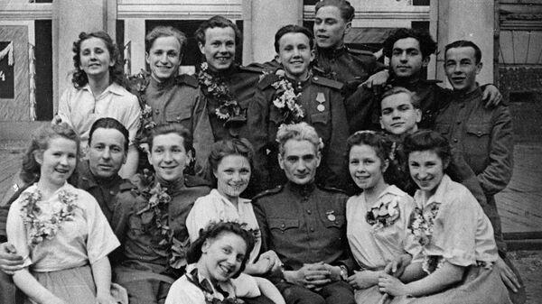 Аркадий Обрант среди участников Молодежного фронтового ансамбля. 1945 год