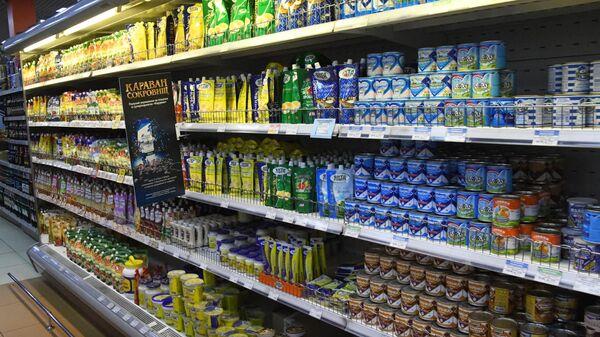 Полки с продуктами в супермаркете в Чите