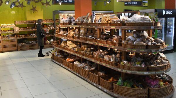 Покупательница в хлебном отделе супермаркета в Чите