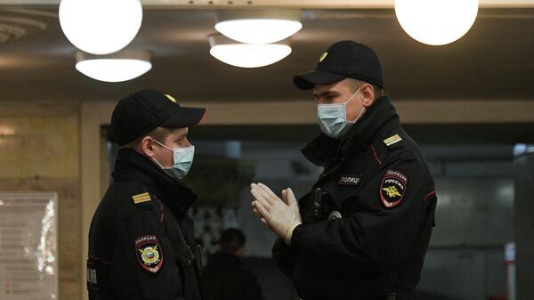 Полицейские в защитных масках