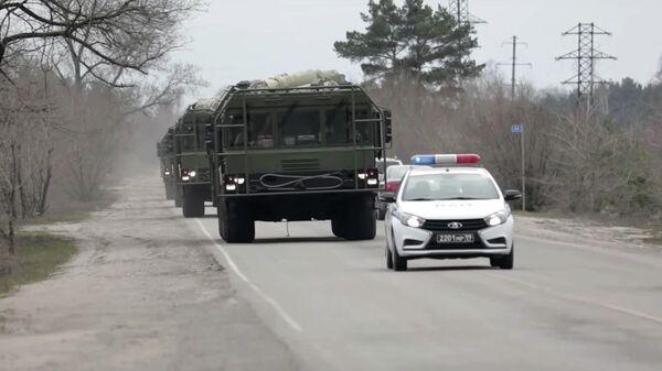 Автомобиль военной автомобильной инспекции во главе колонны оперативно-тактических ракетных комплексов Искандер-М в Воронеже