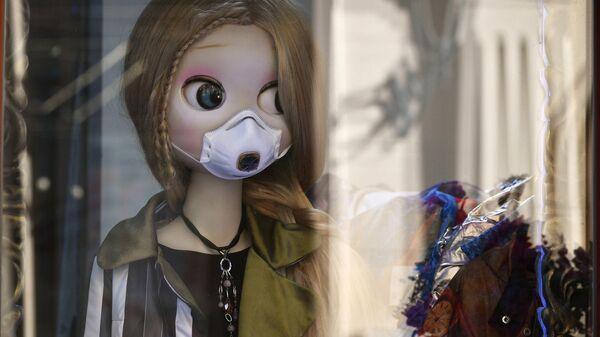 Кукла в защитной маске в витрине московского магазина