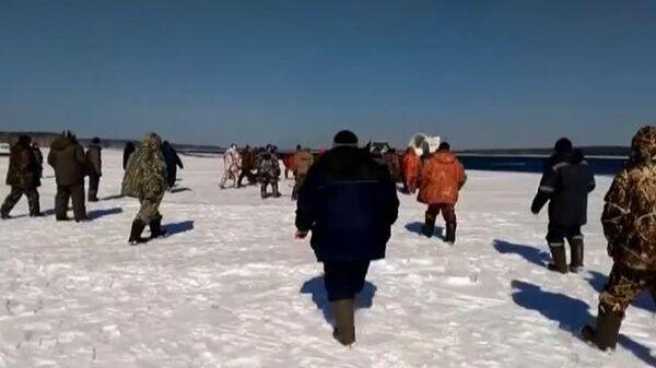 На Урале спасатели сняли с отколовшейся льдины более 350 рыбаков