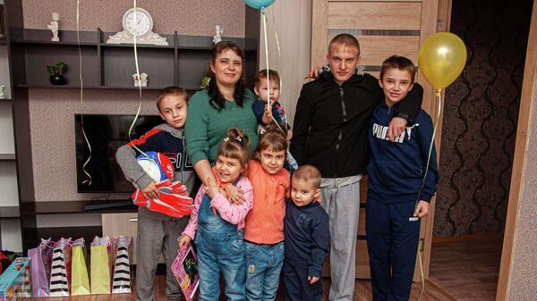 Диана с семью детьми в новом доме
