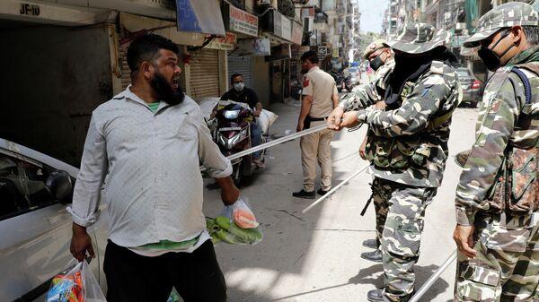 Полицейские во время рейда по соблюдению карантина в Нью-Дели
