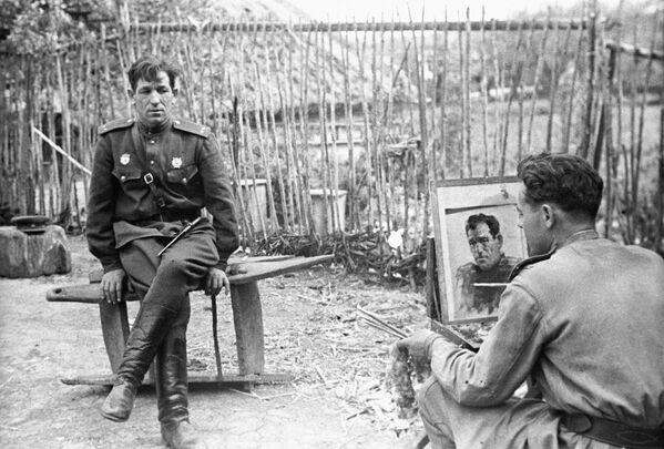 Художник студии военных художников Николай Соколов пишет портрет гвардии лейтенанта Н. Брыскина