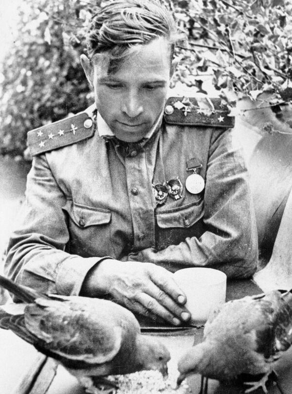 Виктор Васильевич Попов — штурман 263-го истребительного авиационного полка, капитан