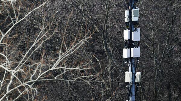 Мачта базовой станции у сквера в Москве