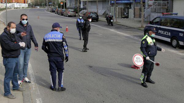 Албанские полицейские на контрольно-пропускном пункте в Тиране
