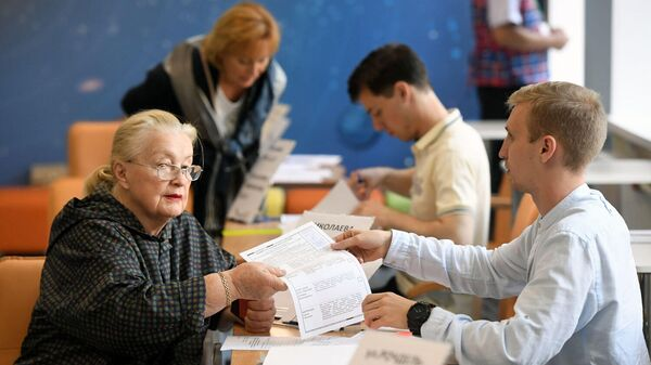 Жительница Москвы голосует на избирательном участке № 90