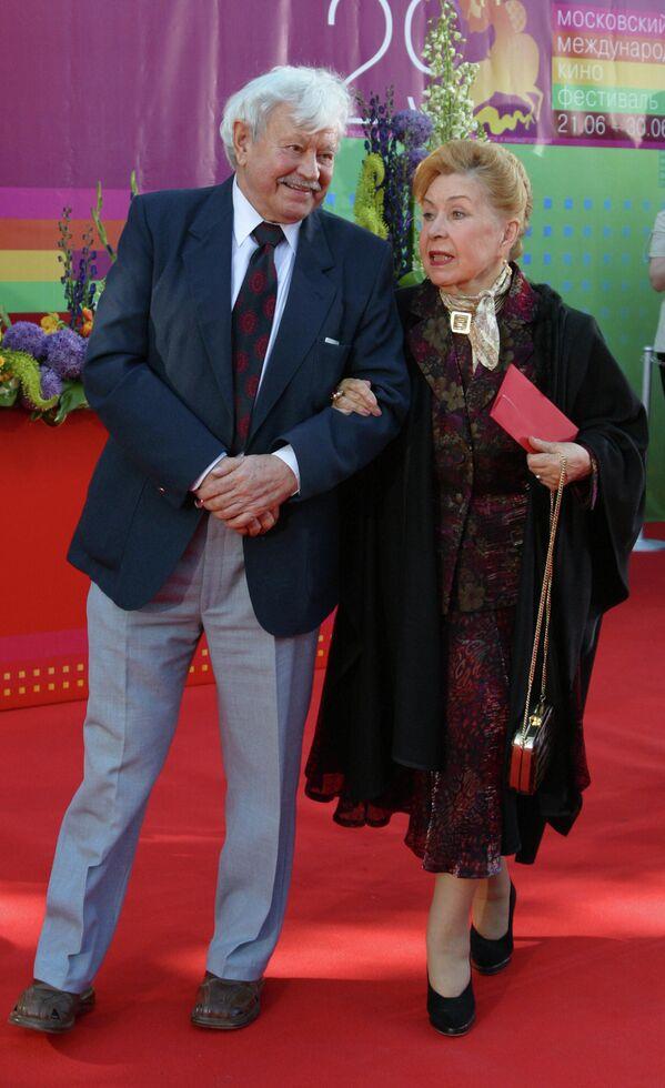 Актеры Донатас Банионис и Инна Макарова на церемонии открытия XXIX Московского международного кинофестиваля