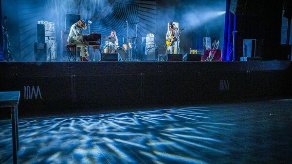 Голландская группа DeWolff выступает в пустом зале для съемок трансляции в Facebook