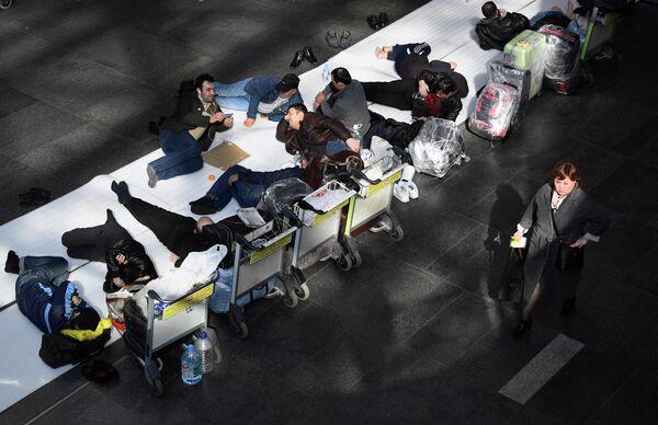 Мигранты из Средней Азии в аэропорту Внуково