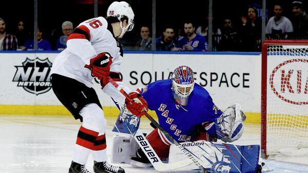 Вратарь Нью-Йорк Рейнджерс Хенрик Лундквист в матче НХЛ против Нью-Джерси Девилз