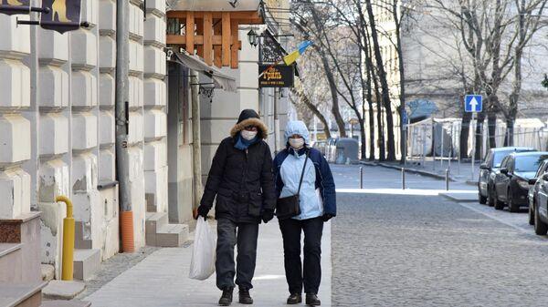 Горожане в защитных масках на улице Львова, Украина