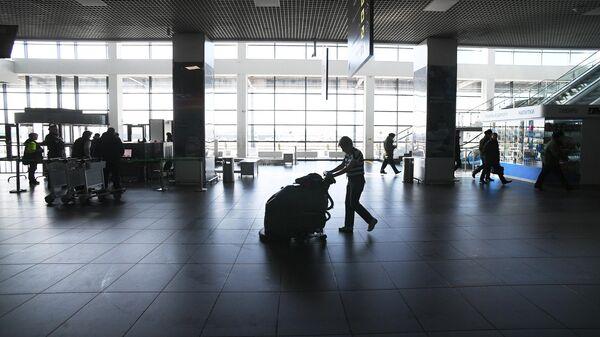 Сотрудник клининговой службы в Международном аэропорту Жуковский