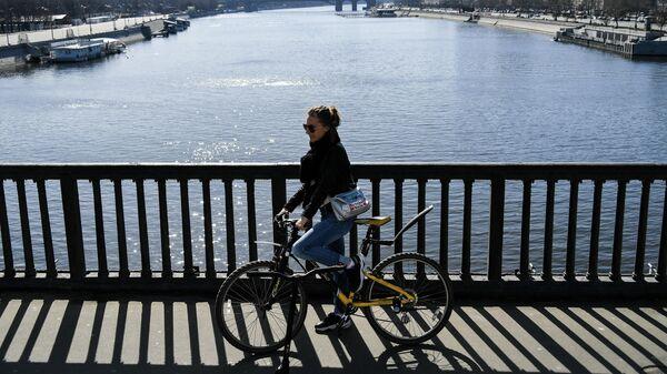 Девушка на велосипеде в Москве
