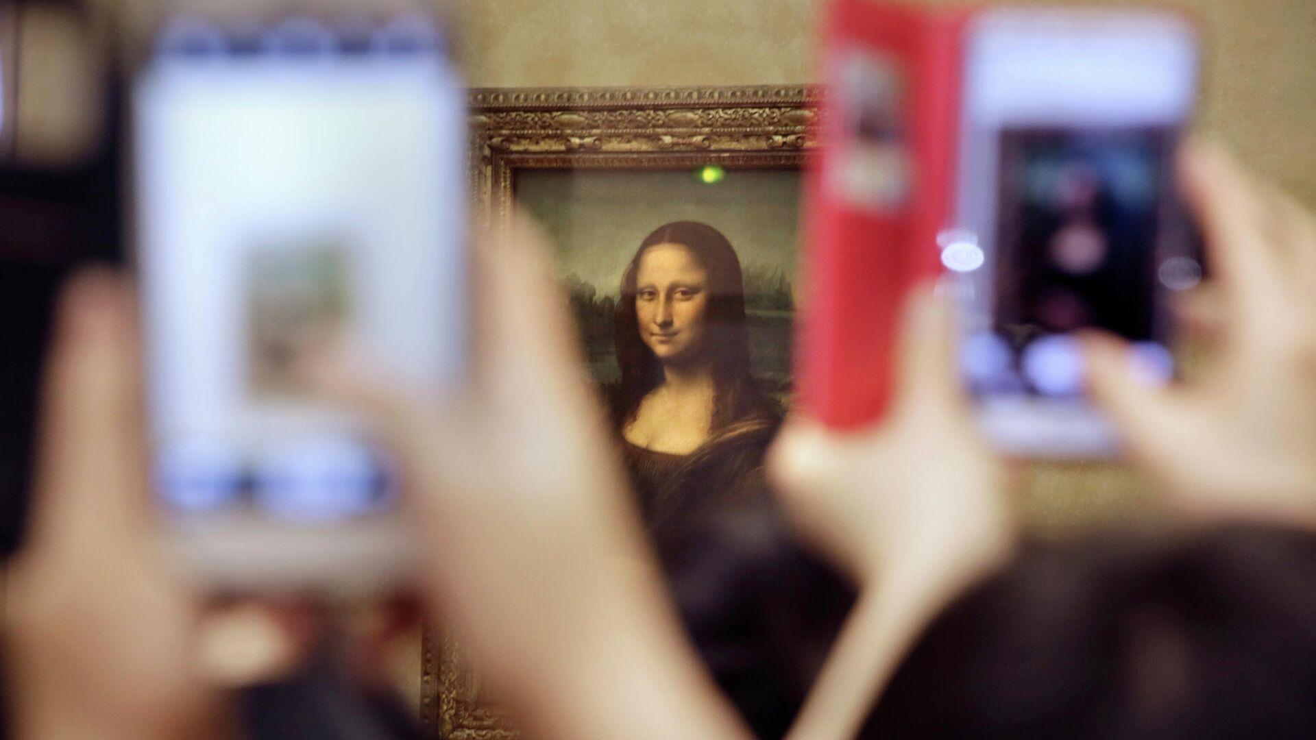 Картина Леонардо де Винчи Мона Лиза в Лувре  - РИА Новости, 1920, 10.01.2021
