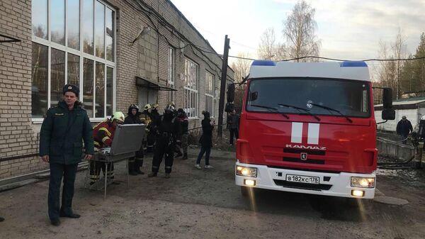 На месте пожара на территории бывшего авторемонтного завода в Петродворцовом районе Санкт-Петербурга