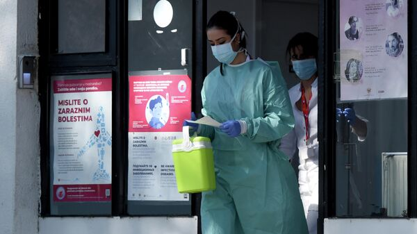 Медицинские работники у входа в клинику инфекционных заболеваний в Подгорице, Черногория
